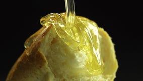 Kawałek chleb z spływaniem zestrzela miodowego zwolnione tempo zbiory