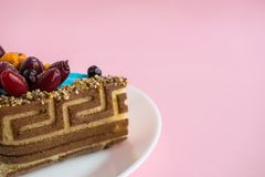 Kawałek ciastko wzorzystości tort z błękitną mastyksu i wystroju owoc Zdjęcie Stock