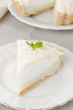 Kawałek cytryny tarta z bezą na talerzu Fotografia Stock