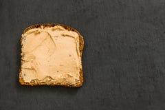 Kawałek czarny żyto chleb z kurczaka wątrobowym łbem na czarni półdupki zdjęcia stock