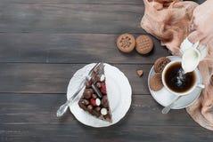 Kawałek czekoladowy tort na talerzu i filiżance kawy Fotografia Stock