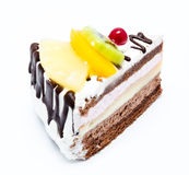Kawałek czekoladowy tort z lodowaceniem i świeżą owoc odizolowywającymi Obraz Royalty Free