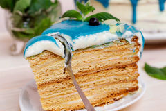 Kawałek dekorujący tort z śmietanką, mennicą i czarnymi jagodami błękitnymi, dalej Zdjęcie Stock