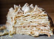 Kawałek domowej roboty chuchu tort z bezą na białym talerzu zdjęcia royalty free