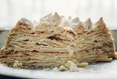 Kawałek domowej roboty chuchu tort z bezą na białym talerzu zdjęcie royalty free