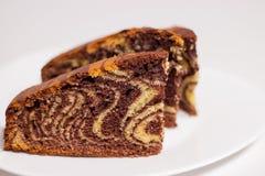 Kawałek domowej roboty czekolady i wanilii zebry tortowego torta Marmurowy tort Biały tło Selekcyjna ostrość Zdjęcie Stock