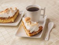 Kawałek domowej roboty tort z bezą i filiżanką herbata Zdjęcia Royalty Free
