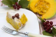 Kawałek dyniowy domowej roboty cheesecake z białą śmietanką Dziękczynienie dnia jedzenie Fotografia Royalty Free