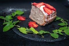 Kawałek gąbka tort z kwaśnej śmietanki śmietanką, świeże truskawki na wierzchołku obraz stock
