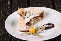Kawałek jabłczany strudel z pęcherzycą Obrazy Royalty Free