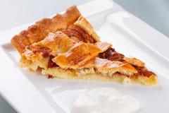 Kawałek jabłczany tarta i śmietanka na talerzu Fotografia Royalty Free