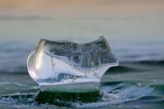 Kawałek lód w promieniach słońce Obrazy Stock