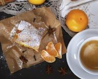 Kawałek mandarynka kulebiak z sproszkowanym cukierem i białą filiżanką coffe zdjęcie royalty free