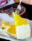 Kawałek mangowy cheesecake na stołowy drewnianym Obrazy Royalty Free