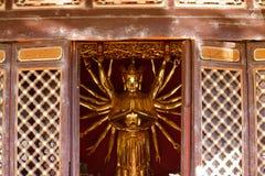 Kawałek meble z statuą w wśrodku Yantong świątyni, wielki Buddyjski kompleks w Kunming Yunnan, Chiny obraz stock