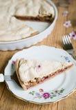 Kawałek migdałowy tarta z bezą na odgórny ustawionym na talerzu Zdjęcia Stock