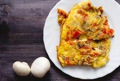 Kawałek omlet na białej dwa pieczarce i talerzu Zdjęcie Royalty Free