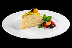 Kawałek płatowaty tort z wyśmienicie masło śmietanką słuzyć z był zdjęcia royalty free