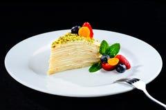 Kawałek płatowaty tort z wyśmienicie masło śmietanką słuzyć z był obrazy royalty free