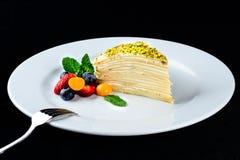 Kawałek płatowaty tort z wyśmienicie masło śmietanką słuzyć z był zdjęcia stock