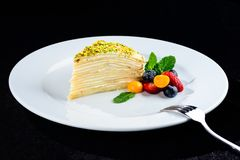 Kawałek płatowaty tort z wyśmienicie masło śmietanką słuzyć z był zdjęcie stock