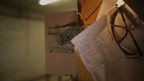 Kawałek papieru z pisać obliczeniami w meblarskim warsztacie lub przesłankami dla drewnianego przerobu zdjęcie wideo