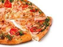 Kawałek pizza z baleronem odizolowywającym zdjęcia royalty free
