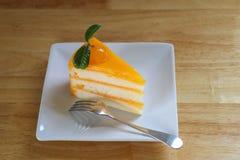 Kawałek pomarańcze tort na drewnianym stole Odgórny widok Obraz Stock
