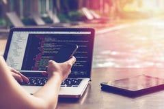 Kawałek programowanie kod w jaziu z plama skutkiem Programisty przedsiębiorcy budowlanego ekran Strona internetowa kody Na Komput zdjęcia stock