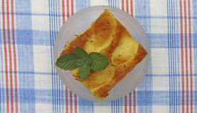 Kawałek smakowity jabłczany kulebiak z mennicą Fotografia Stock