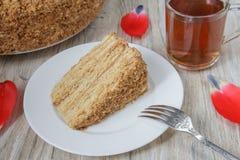 Kawałek smakowity tortowy Napoleon z herbatą na drewnianym tle Zdjęcie Stock