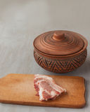 Kawałek surowa wieprzowina na tnącej desce rocznika glinianym garnku i Obraz Royalty Free