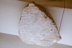 Kawałek talerz z inskrypcjami w łacinie lub antycznym rzymianinie Antalya dawności muzeum obraz royalty free