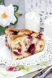 Kawałek tort na bielu talerzu fotografia royalty free