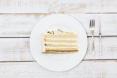 Kawałek tort słuzyć na półkowym cutlery i insulinowej strzykawce obok go Zdjęcia Royalty Free