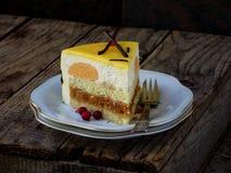 Kawałek tort z serową mousse i karmelu śmietanką zakrywającą z lustrzanym narzutem Niigata tort obraz royalty free