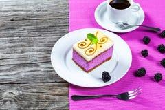 Kawałek torta souffle z czernicami, filiżanka kawy, zbliżenie Fotografia Stock