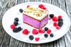 Kawałek torta souffle z czernicami, malinki, zbliżenie Obrazy Royalty Free