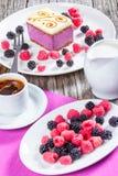 Kawałek torta souffle z czernicami, malinki, zbliżenie Zdjęcie Stock