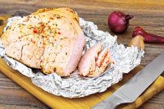 Kawałek Turcja w pikantność dla Piec na grillu na Odrewniałym tle Zdjęcie Royalty Free