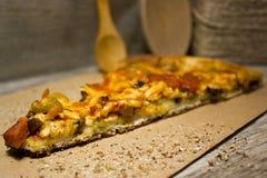 Kawałek Włoska pizza na Kraft papierze Zdjęcia Royalty Free