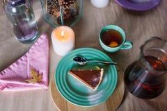 Kawałek wyśmienicie czekoladowego mousse tort na kolorowym talerzu na drewnianym stołowym tle Stołowy położenie dla herbacianego  Zdjęcie Royalty Free