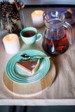 Kawałek wyśmienicie czekoladowego mousse tort na kolorowym talerzu na drewnianym stołowym tle Stołowy położenie dla herbacianego  Zdjęcia Stock