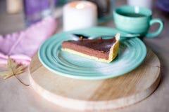 Kawałek wyśmienicie czekoladowego mousse tort na kolorowym talerzu na drewnianym stołowym tle Stołowy położenie dla herbacianego  Zdjęcie Stock