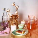 Kawałek wyśmienicie czekoladowego mousse tort na kolorowym talerzu na drewnianym stołowym tle Stołowy położenie dla herbacianego  Obrazy Royalty Free