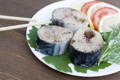 Kawałki świeża makrela w pikantność z warzywami na talerzu Obraz Royalty Free