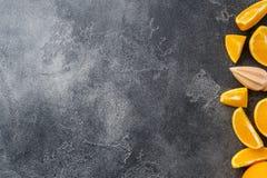 Kawałki świeży sok pomarańczowy na ciemnym tle kosmos kopii zdjęcie royalty free