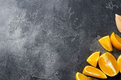 Kawałki świeży sok pomarańczowy na ciemnym tle kosmos kopii zdjęcia royalty free