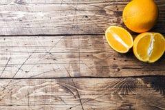Kawałki świeży sok pomarańczowy na drewnianym tle kosmos kopii obrazy stock