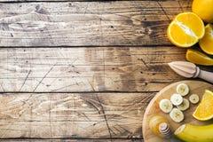 Kawałki świeży sok pomarańczowy na drewnianym tle kosmos kopii obrazy royalty free
